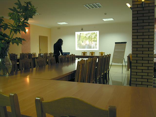 projekcja w sali konferencyjnej