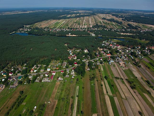 przysłonięty lasem zalew w Majdanie Sop.