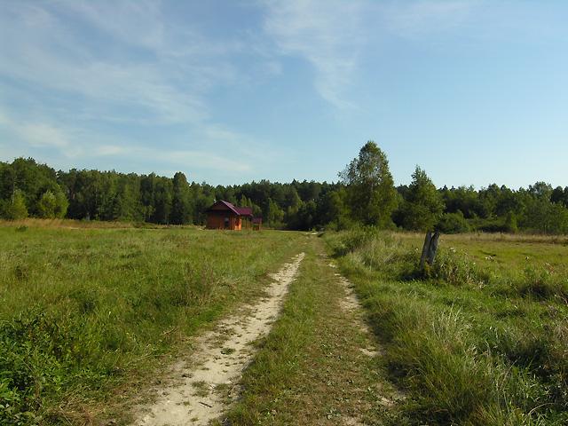 przejście koło mokradeł przez łąki do wsi Zagóra