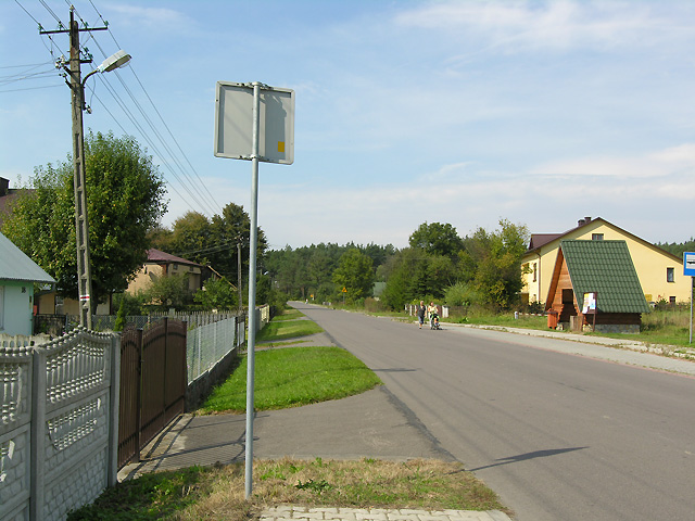 czerwony szlak wzdłuż szosy w Oseredku